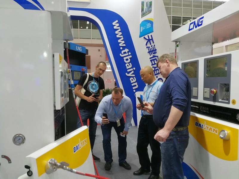 加气站设备展览会中外商参观佰焰科技LNG加气机