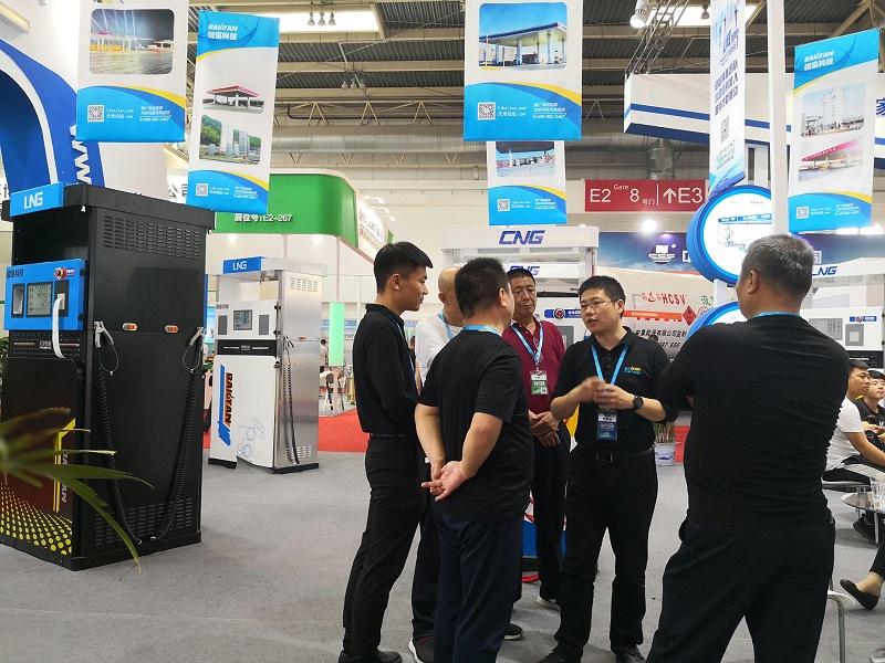 加气站设备展览会中新顾客了解佰焰科技LNG加气机及加气站设备