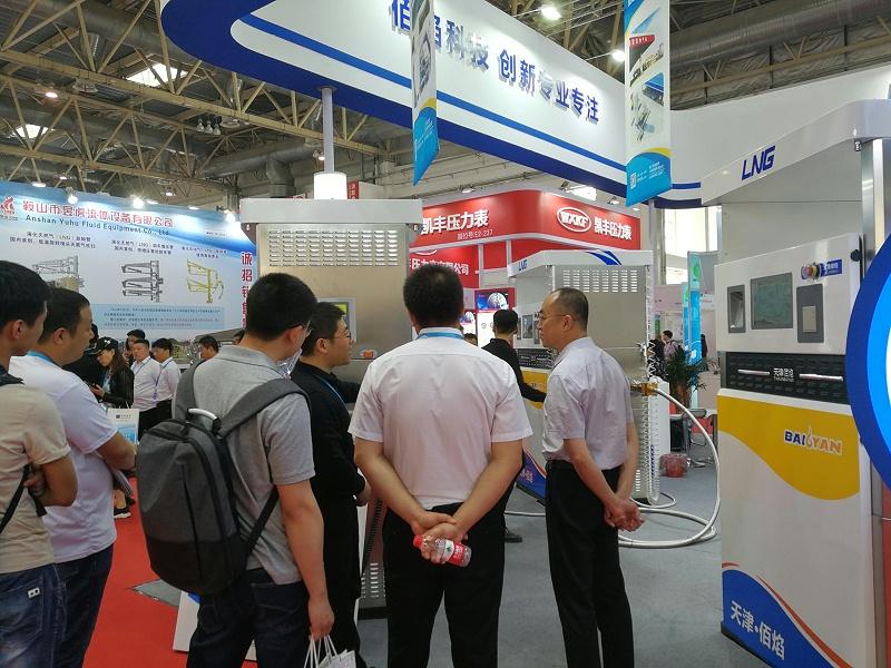 加气站设备展览会中工作人员讲解佰焰科技LNG加气机